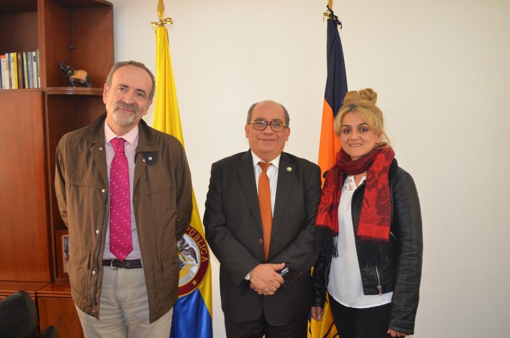 En la foto: Gustavo Palomares, Presidente del Instituto de Altos Estudios Europeos IAEE; Jaime Alberto Leal, Rector de la UNAD y Claudia Salcedo, Directora de la REDIUNIPAZ.