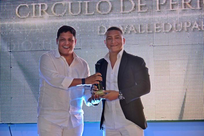 Carlos Mario recibiendo el premio 1