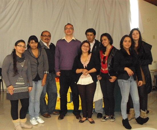 Aparece el Comunicador Social Fredy Mojica González, tutor del programa de Comunicación Social y Organizador del Evento con algunos de los estudiantes asistentes de forma presencial