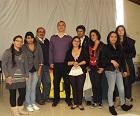 Aparece el Comunicador Social Fredy Mojica González, tutor del programa de Comunicación Social y Organizador del Evento con algunos de los estudiantes asistentes de forma presencial.